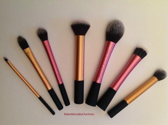 mes-cadeaux-de-noel-eponge-maquillage-beauty-blender-vernis-rouge-paillettes-idées-cadeaux-de-noel-pour-filles-pinceaux-de-maquillage-teint-yeux-real-techniques-rose-or-kit