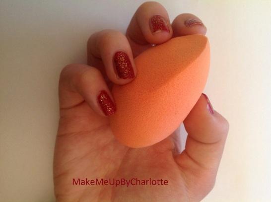 mes-cadeaux-de-noel-eponge-maquillage-beauty-blender-vernis-rouge-paillettes-idées-cadeaux-de-noel-pour-filles-