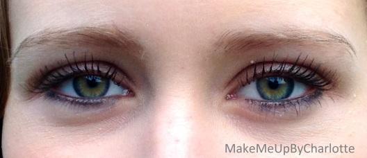 mes-chouchous-avène-couvrance-mascara-revue-avis-blogueuse-beauté-maquillage-foulard-à-pois-kaki-meilleurs-produits-marque-swatch-porté-cils-allongés-fournis-yeux-verts-