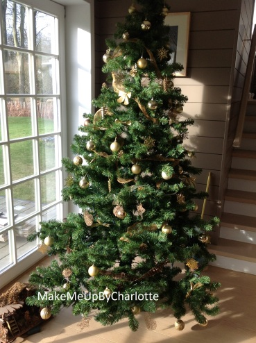 sapin-artificiel-ou-naturel-que-choisir-guirlandes-noel-fêtes-fin-d-année-boules-de-noel-noeud-maison-decoration-festive