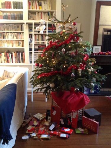 joyeux-noel-sapin-cadeaux-25-decembre-guirlande-boules-de-noel-maison-salon-noeud