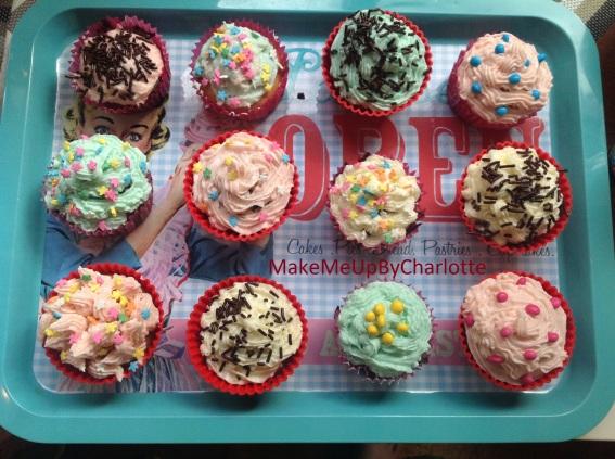 recette-cupcake-facile-parfaits-américains-colorés-glacage-maison-confettis-plateau-maisons-du-monde-granulés-cake-ingrédients-sucre-beurre-colorants-artificiels-levure-chimique-lait-vanille-moules-balance-cooking-icing-massepain-poche-à-douille