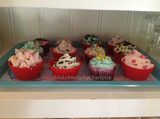 photo (4)recette-cupcake-facile-parfaits-américains-colorés-glacage-maison-confettis-plateau-maisons-du-monde-granulés-cake-ingrédients-sucre-beurre-colorants-artificiels-levure-chimique-lait-vanille-moules-balance-cooking-icing-massepain-poche-à-douille