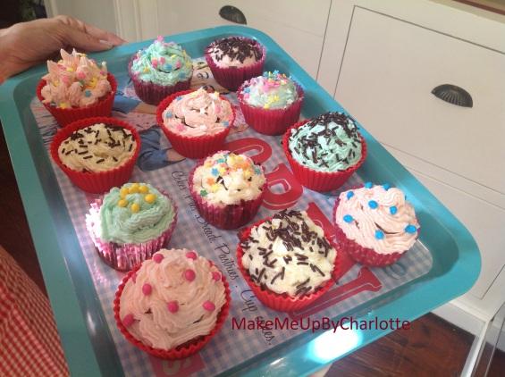 recette-cupcake-facile-parfaits-américains-colorés-glacage-maison-confettis-plateau-maisons-du-monde-granulés-cake