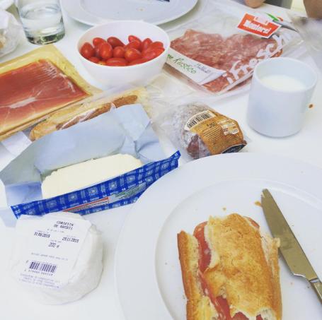 article-dernier-vlog-corse-brunch-diner-repas-bouffe-legumes-vacances-soleil-guêpes