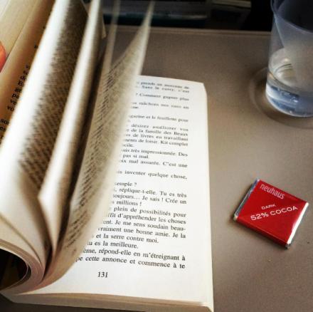 photo-avion-dernier-vlog-youtubeuse-blogueuse-livre-confessions-d-une-accro-au-shopping-avion-voyage-vacances-lecture