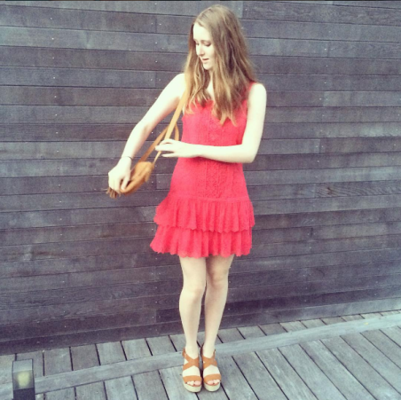 photo-mini-dernier-vlog-tenue-du-jour-ootd-look-lookbook-robe-rouge-talons-chaussures-compensées-sac-à-main-pimkie-cheveux-bouclés-blogueuse-mannequin-shooting-photoshoot-ondulations