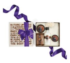 the-body-shop-idées-cadeaux-noel-pour-femmes-pack-coffret-pas-cher-coconut-noix-de-coco-accroché-au-sapin-produit-de-beauté-avis-blogueuse