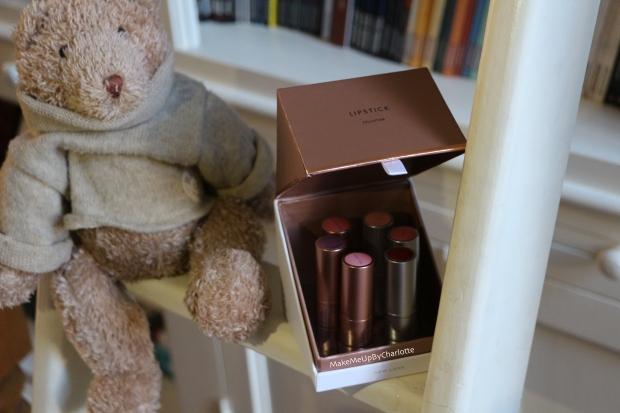 idée-cadeau-kit-coffret-lipsticks-new-look-maquillage-cosmétique-rouges-à-lèvres-matte-hydratant-crémeux-nude-rose-orangé-rouge-dark-lips-violet-vieux-rose-gold-pas-cher-avis-blogueuse-beauté-belge-influenceur-shooting-swatch-déco-nounours