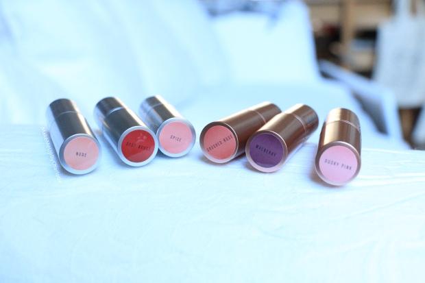 idée-cadeau-kit-coffret-lipsticks-new-look-maquillage-cosmétique-rouges-à-lèvres-matte-hydratant-crémeux-nude-rose-orangé-rouge-dark-lips-violet-vieux-rose-gold-pas-cher-avis-blogueuse-beauté-belge-influenceur-shooting-swatch-pastille-raisin
