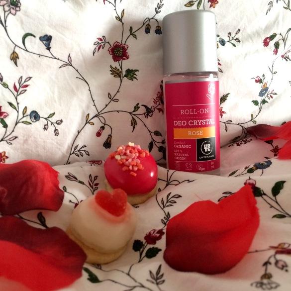 avis-urtekram-produits-soins-corps-cheveux-bio-sebio-composition-scandinaves-deo-savon-pour-mains-shampooing-conditionner-body-lotion-scrub-gommage-labels-ecocert-cruelty-free-vegan-normaux-secs-deo-saint-valentin-idée-cadeaux-pétales-de-rose